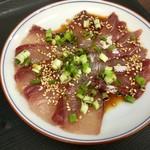 志摩の海鮮丼屋 - 運ばれてきたお刺身には最初から小ネギ、白ゴマ、お醤油がかかっています。