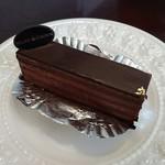 80631681 - ショコラ・サンファリンヌ 480円(口溶けの良いチョコレート生地にビターなチョコレートクリームがサンドしてあります。)