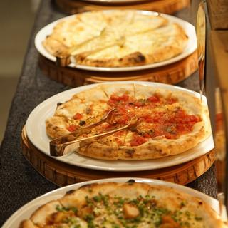 自慢のもちもちピザも10種類食べ放題!ハーフ&ハーフもOK!