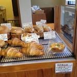 椿ベーカリー - 店内には美味しそうなパンがたくさん