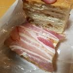 椿ベーカリー - 「ベーコンとチーズのカスクルート (300円)」を開いたとこ