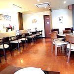 カフェ みゅーず - 内観;テーブル席、片側ソファ席
