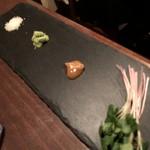 燻製イナダ商店 - モモ肉燻製の薬味