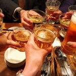 80642881 - お冷グラスに入ったビールで乾杯