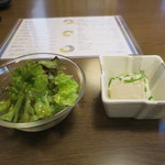 新和食料理・創作居酒屋 七つの月の夢 - 先出のサラダと豆腐