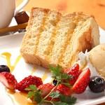 ヘルシーダイニング ナ・セオル - ふわふわシフォンケーキ イチゴ&キャラメル