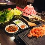とん豚テジ - カンナ三段バラ@1490円 画像は2人前 野菜やネギサラダは無料でお代わり自由✨