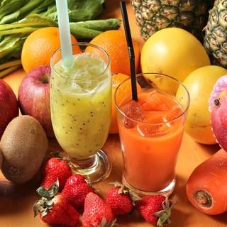 新鮮な野菜と果物をご注文毎に丁寧に搾ります