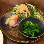 ジャム cafe 可鈴 - 菜の花の辛し和え(画像手前)・自家製ピクルス(画像左)・グリーンサラダ