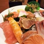 80664200 - 母が頼んだ海鮮丼並み 丼で。