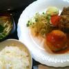 連れてっ亭 - 料理写真:カニクリームコロッケと鶏モモ唐揚げの盛り合わせ【平日10食限定日替りランチ】/御飯、味噌汁、サラダ、漬物付き