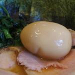 ラーメン 末廣家 - 巨大な味玉(数量限定)