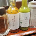 博多天ぷら たかお - 大根おろしがたっぷり入った天つゆも美味しいけど、 卓上のパウダー状のお塩で頂くのも美味しいです。