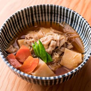 旬の食材を使用した料理をお手頃な値段で提供します。