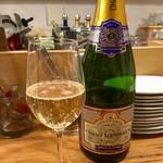 スタンドシャン食 Osaka北新地 Champagne & GYOZA BAR - 「グラスシャンパン」(880円税別)。