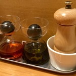 スタンドシャン食 Osaka北新地 Champagne & GYOZA BAR - ラー油など。容器が変わっており、スポイドで吸い上げる方式。
