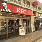 マクドナルド - マクドナルド(完全禁煙)とKFC(名ばかりの分煙)は隣接しています