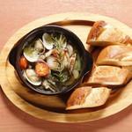 DINNING&BAR AKATSUKI - 旬の海の幸とごろごろニンニクのアヒージョ