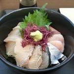 志摩の海鮮丼屋 - 【~究極の地産地消~ 糸島海鮮丼】中サイズ(850円)