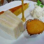 カフェ デュ カシュ・カシュ - 1段目プチマドレーヌ・アーモンドのタルト・生クリーム・ベリーのクリームチーズのサンドウィッチ