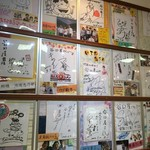谷口屋 - 店内には多数のサイン