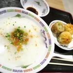 永祥生煎館 - 白粥と小籠包のセット。¥500‼︎
