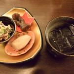 縁の鈴なり - お通し&麦焼酎(定番の京のおばんざい3種盛りはいつも楽しみです)