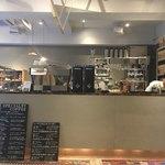 オブスキュラ コーヒー ロースターズ - 右の壁際の木箱?