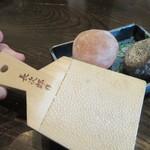 光林 - 野菜天ぷらに添えられた「岩塩2種」