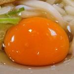 都そば - 都そば @有楽町 5・10日は無料サービスという生卵の赤みがかった黄身はまん丸で新鮮さが分かります