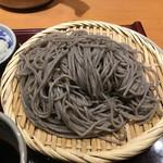 高田屋 - 蕎麦はこの店の名物ごまそば。真っ黒なそばはインパクトが強いがゴマの風味はそれほど強いわけじゃない。