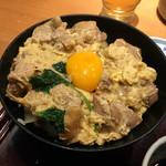 高田屋 - 親子丼は鶏肉たっぷり。しっかり火を通した卵に卵黄を乗せたもの。全体的に半熟のほうが自分は好きだ。