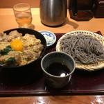 高田屋 - ランチメニューは蕎麦と丼のセットが6種。親子丼と胡麻そばのセット890円を注文した。