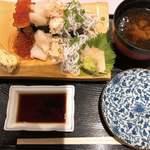 牧原鮮魚店 - 豪快こぼれ寿司  豪快・・・かな?