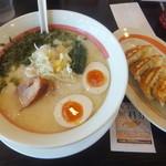 幸楽苑  - 料理写真:鶏白湯ラーメン637円&ギョーザ216円(クーポンで餃子無料)(2018.1.2)