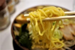 北海道らーめん みそ熊 - 低下水、太目の縮れ麺