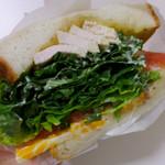 ナチュラルベーカリーカフェ - 九州ハーブ鶏のローストチキン、サラダケール、グリーンリーフ、トマト、マーブルチーズ、マスタードマヨ、無添加シーザーソース