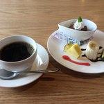 鶴桜苑 萬来舎 - ランチセットのデザート、コーヒー。