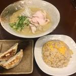 めん処 金太 - 熟成鶏そば+半チャン+半餃子990円