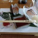 鎌倉山 - Aコースのお刺身。鯛、赤貝、鰆。カピカピでねズイマーなの。 鯛につけるのはテーブルに置いてある塩でいいじゃん。ケチャップ味のカクテルソースは合いません。