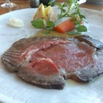 鎌倉山 - ローストビーフ100グラム グレイビーソースで。 脂が重い(ーー;) 牛の違いだろうな…