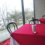 80750189 - 真っ赤な絨毯とテーブルクロス!!後ろはガラス?鏡?で綺麗です