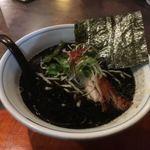 らぁめん 欽山製麺所 - 写真映えするかなと思って黒にしたが映えない むしろ嫁の食べてたやつのが綺麗な色してたNa