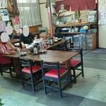 久砂園 - 中央のテーブル席の様子