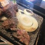 石焼ステーキ 贅  - 肉の下には、輪切の玉ねぎ