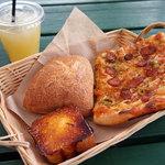山のパン屋 ダディーズ・ベーカリー - ピザ、塩パン、ブリュレ、アップルジュース