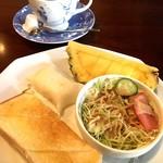 しま - 料理写真:モーニングは1種類 日替りでお赤飯やカブのお寿司などが付いてきて面白い♪ 深煎りコーヒー¥430