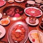 焼肉の松阪 - 見る間にテーブルはいっぱいに