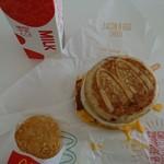 マクドナルド - たまに食べたくなる朝マック(笑) いつもだいたいソーセージエッグマフィンセットだけど… この日はなんとなく、マックグリドルソーセージエッグセットを購入♡ マックのクーポン利用で\400です!