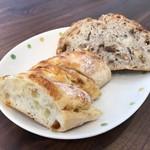 薪窯天然酵母パン工房 オ フルニル デュ ボワ - 手前チーズパン、奥三種のナッツパン